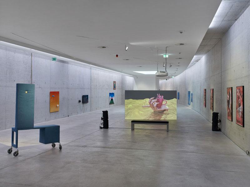 Im Ausstellungsraum sind unterschiedliche Skulpturen und Gemälde zu sehen