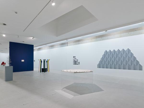 mehrere unterschiedliche Skulpturen im Ausstellungsraum, die Wände sind weiß gestrichen