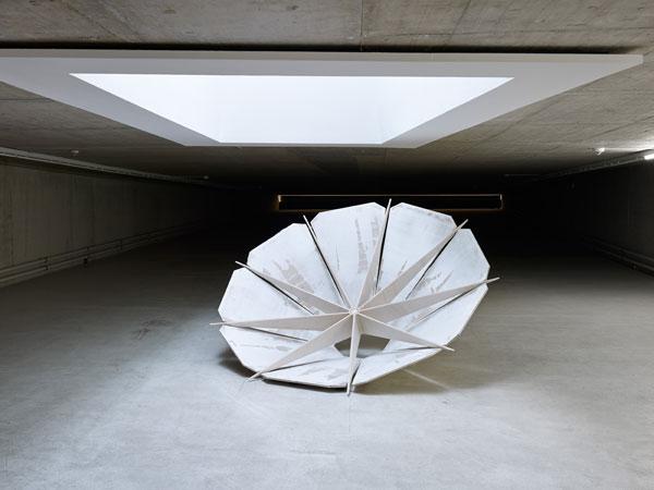 Skulptur in der Verjüngung des KITs. Aussehen der Skulptur erinnert an einen herumgedrehten Sonnenschirm.