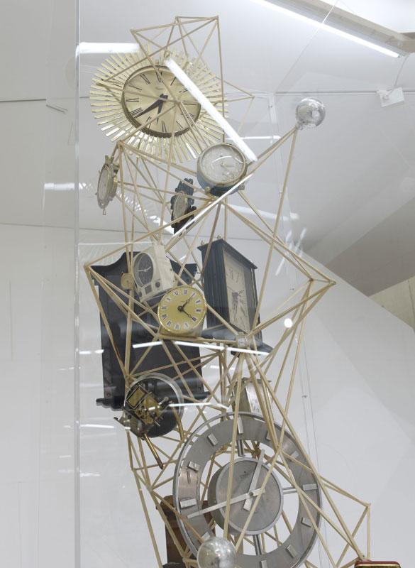 Skulptur aus verschiedenen Uhren und Holz.